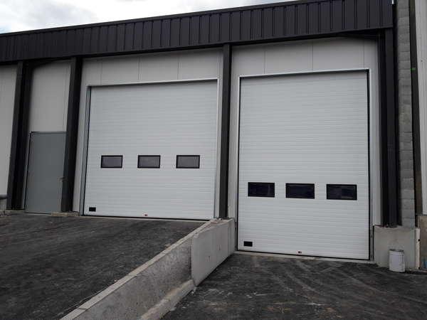 Photo de l'actualité Pose de porte sectionnelle industrielle