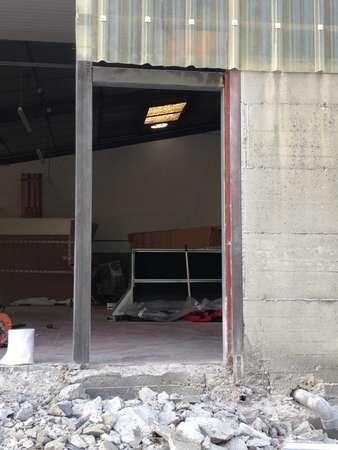 Photo de l'actualité Pose de porte sectionnelle industrielle et porte de service
