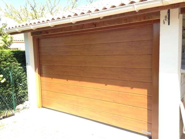 Photo de l'actualité Porte sectionnelle en bois particulier