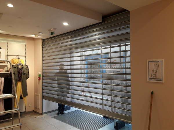 Photo de l'actualité Pose d'un rideau métallique